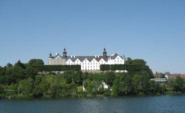 Plöner See Blick auf das Schloss Plön Plöner See Rundfahrt